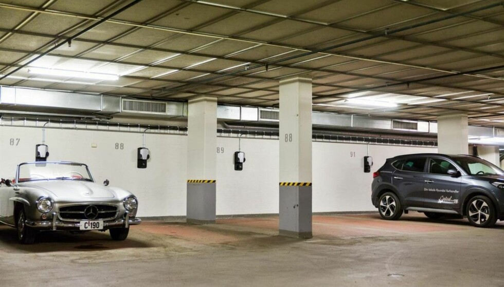 VERDT ÉN MILLION: En slik parkeringsplass med mulighet for å lade elbil koster én million kroner. Det er etterspørselen som presser prisen opp. Foto: DNB Eiendom.