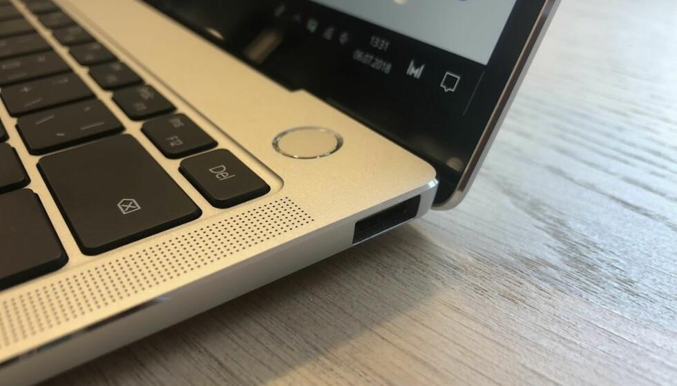 DETALJENE: Av/på-knapp med fingeravtrykkleser, høyttaler på siden og en USB-port på høyre side. Foto: Bjørn Eirik Loftås