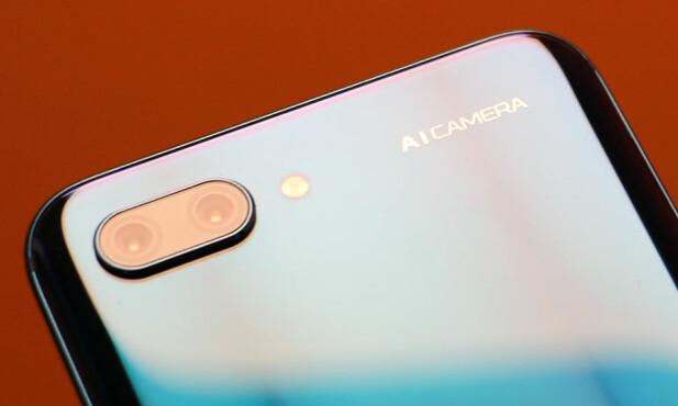 TO BAK: Huawei/Honor har lenge hatt telefoner med to kameraer bak. Bare toppmodellen P20 Pro kan skilte med tre. Foto: Pål Joakim Pollen