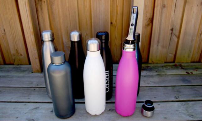 MÅLINGER: Vi brukte et væsketermometer for å måle temperaturen på vannet i flaskene. Foto: Christina Honningsvåg