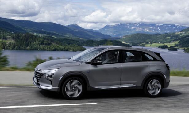 ALLEREDE I NORGE: Hyundai Nexo ble lansert for internasjonal presse under et arrangement i Oslo. Den nye SUV-en er utstyrt med tre hydrogentanker, en brenselcellestabel, et litiumion-batteri og en elmotor på 163 hester, og kjøres som en hvilken som helst annen SUV. Foto: Hyundai
