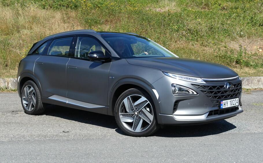 PRAKTISK FORMAT: Nye Hyundai Nexo er en SUV litt over middels størrelse - omtrent som en BMW X3 eller en Mitsubishi Outlander. Det spesielle er at denne bilen drives av elektriske motorer som får strømmen fra hydrogenmatede brenselceller. Foto: Knut Moberg