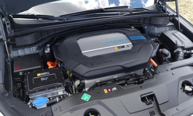 SOM VANLIG: Hadde det ikke stått hydrogen på dekselet, ville bare kjennere kunnet se at denne bilen er en brenselcellebil. Foto: Knut Moberg