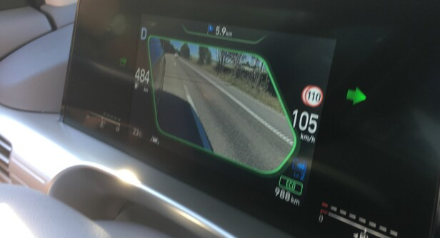 <strong>BLINDSONEASSISTENT:</strong> Når du blinker under kjøring på motorvei eller ved forbikjøring ellers, viser dette bildet i displayet deg hele blindsonen du ikke kan se i speilene. Smart! Foto: Knut Moberg