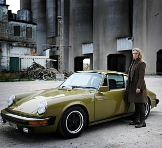 Skuespiller Sofia Helin, alias Saga Norén fra Broen, sammen med Porschen hun eier i TV-serien. Foto: Bonhams