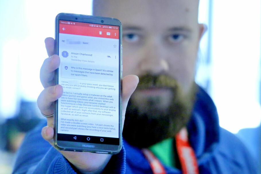 FIKK UTPRESSING: Tor Henning Ueland fikk denne e-posten. Den starter med et passord som en gang var reelt, og videre hevder de å ha filmet et besøk på et pornonettsted. Alt unntatt passordet er bare tull. Foto: Ole Petter Baugerød Stokke