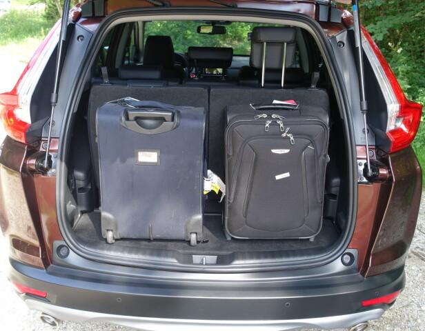 MAKSIMUM TIL MINIMUM: Øverst ser vi bagasjerommet med alle setene lagt ned - nederst med syv seter i bruk. Foto: Knut Moberg