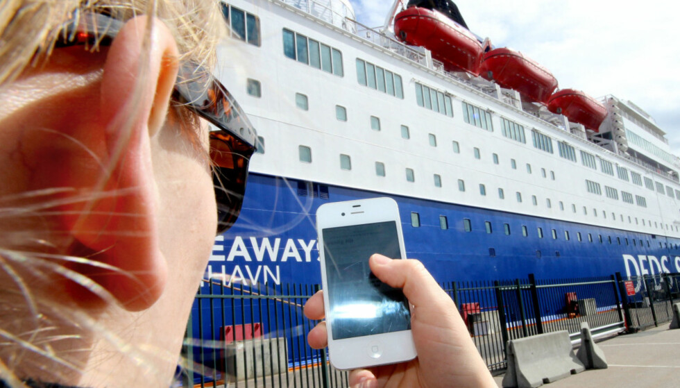 DYRT: Å bruke mobil på ferger i internasjonalt farvann, kan være svært dyrt. Denne informasjonen er det mange mobilselskaper som ikke er flinke nok til å informere om, mener Forbrukertilsynet. Nå må selskapene endre praksis. Foto: Ole Petter Baugerød Stokke