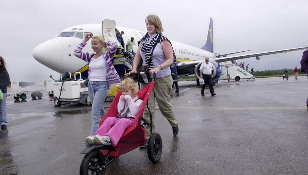 MED SMÅ BARN PÅ REISE: Noen flyselskaper lar deg ta med trillevogna i håndbagasjen. Foto: Shutterstock / NTB Scanpix