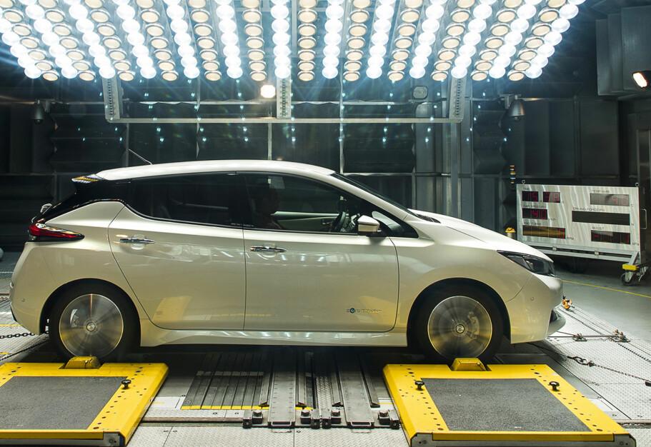 Importvinner: Nissan Leaf er Norges mest solgte bil - både nyregistrert i Norge og som bruktimportert. Nå advares det om at biler fra utlandet kan oppgi feil kilometer. Foto: Nissan