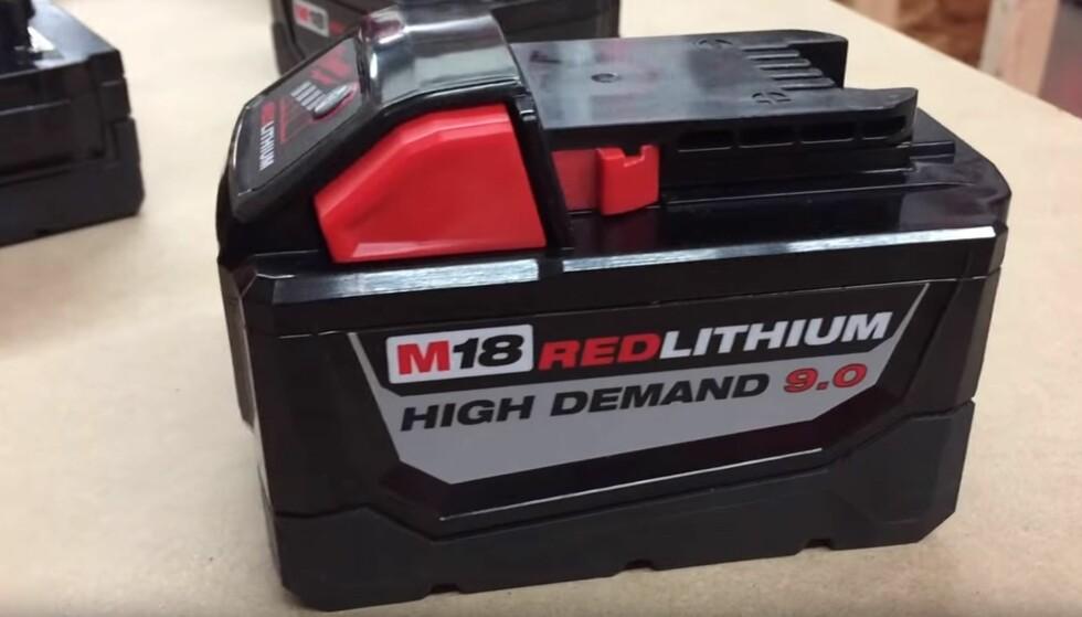 FARLIG: Dette verktøybatteriet har en energimengde på mer enn 160 Wh. Dermed blir det stoppet i kontrollen om du prøver å ta det med på flyet. Foto: Tools In Action / YouTube