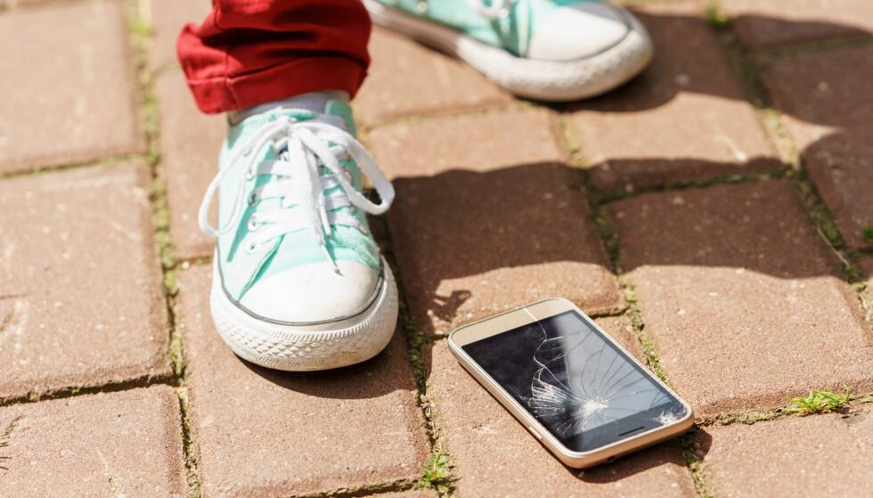 UHELDIG: Mange av oss har opplevd dette. Da er det en trøst at det allerede i høst trolig kommer mobiler som tåler mer. Foto: Maxim Krivonos/ Shutterstock/ NTB scanpix
