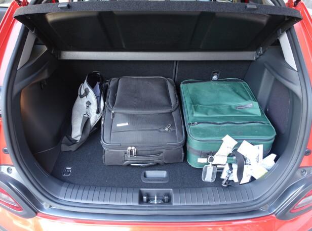 SOM MAN KAN FORVENTE: Ingen overflod av plass i bagasjerommet, men 322 liter er nok til week-endbagasjen. Foto: Knut Moberg