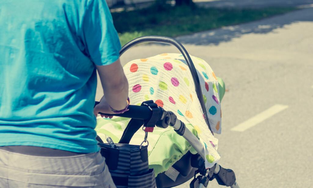 TILDEKKET VOGN: Varmen i bak teppet kan gi babyen heteslag, advarer leger. Foto: NTB Scanpix