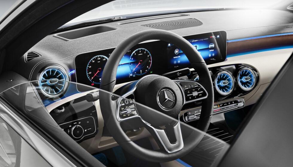 KOMPAKT LUKSUS: Nye A-klasse har utvilsomt satt en ny standard i kompaktklassen med muligheten for å utstyre den med høyteknologisk førerassistanse og multimedialøsninger. Det gjelder naturlig nok også sedanen. Foto: Daimler