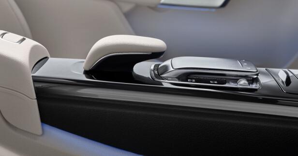 LUKSUS: Mercedes satser på premium-følelse også i kompaktsegmentet, noe forseggjorte detaljer som her i midtkonsollen viser. Men det kommer til å koste... Foto: Daimerl