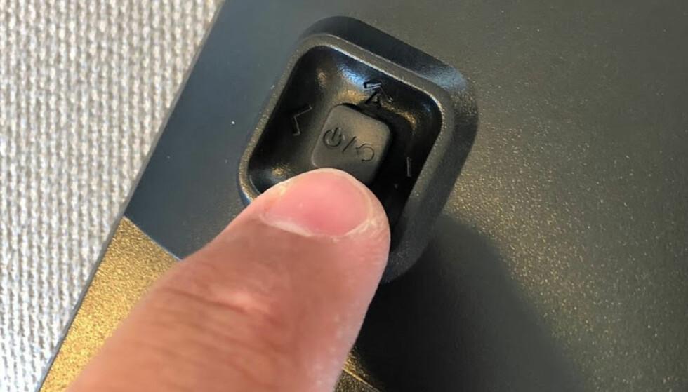 JOYSTICK: Vi syntes det var langt enklere å betjene menyene med joysticken på Voxicon enn de fem knappene på AOC. Foto: Bjørn Eirik Loftås