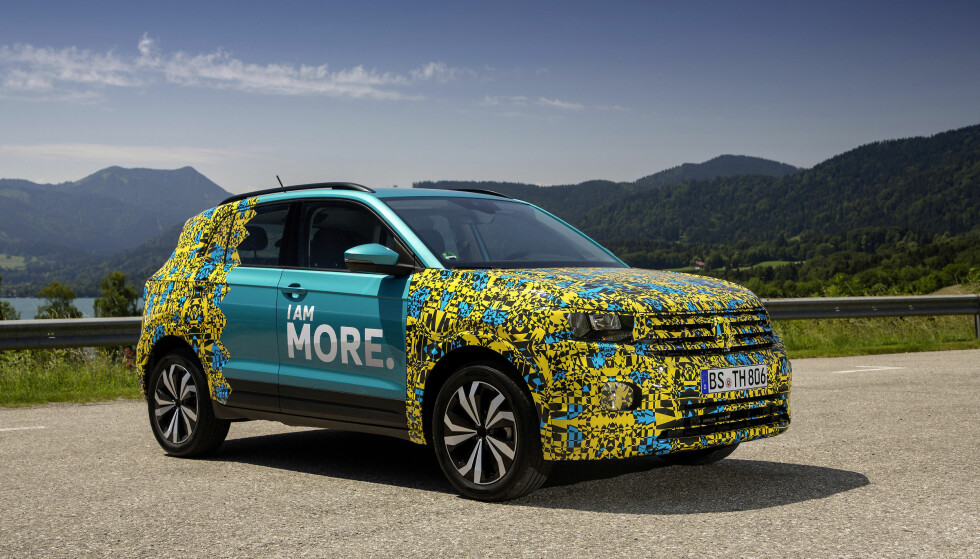 MINSTEMANN: Den Polo-baserte SUV-en T-Cross blir femte SUV i VW-sortimentet her hos oss. Til tross for den irriterende kamuflasjen kan vi ane hovedlinjene på bilen, som kan se ut som en Tiguan i miniatyr. Foto: Volkswagen