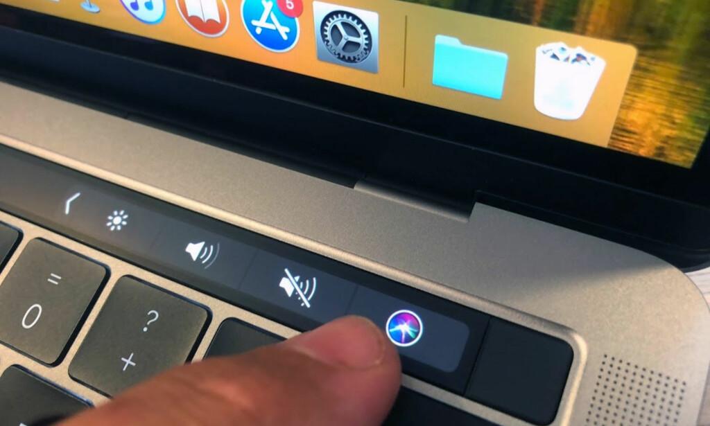 HEI SIRI: Et trykk på denne knappen, og du kan spørre Mac-en din om alt mellom himmel og jord. Foto: Bjørn Eirik Loftås