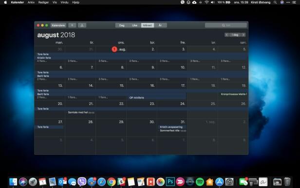 MØRK MODUS: Slik ser det ut når Mac-en er i mørk modus. Apple har tilpasset sine egne apper, slik at de også har mørkt brukergrensesnitt. Dock-linjen nederst og menylinjen øverst er også mørke. Skjermbilde: Kirsti Østvang