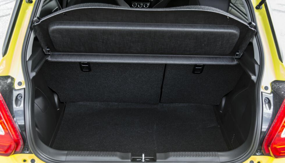 DYPT: Som vanlig i klassen, er det korte men dype bagasjerom som rommer mye. Foto: Jamieson Pothecary.
