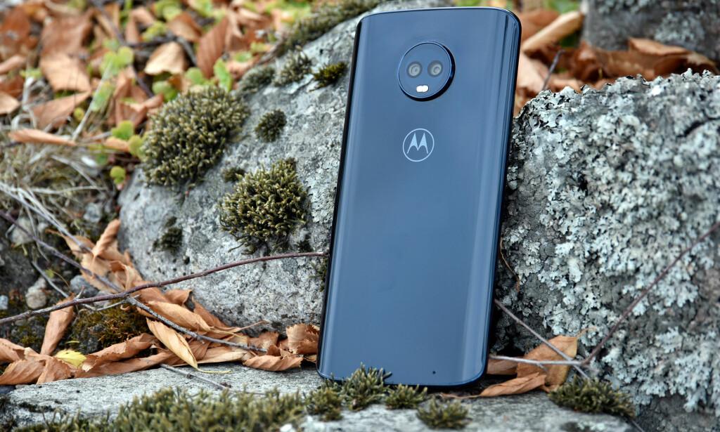 LEKKER: Det er sjelden man får såpass pene telefoner til under 3.000 kroner som Motorola Moto G6 Plus. Foto: Pål Joakim Pollen