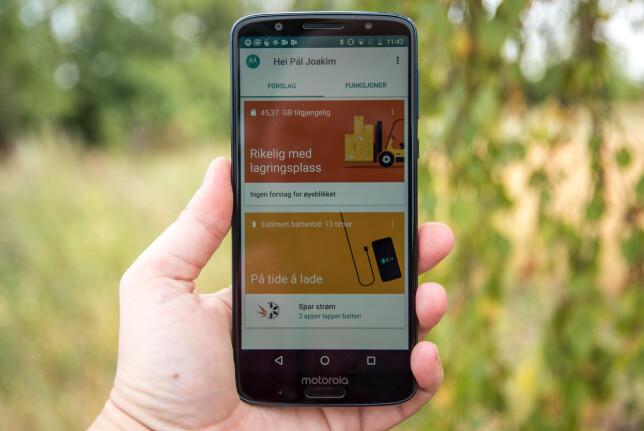 GANSKE REN ANDROID: Motorola gjør få egne tilpasninger av Android. Det lille som er gjort, ligger samlet i en egen Moto-app. Foto: Pål Joakim Pollen