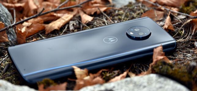 GLASSBAKSIDE: Moto G6 Plus har nå fått glass på baksiden, men støtte for trådløs lading er det dog ikke. Foto: Pål Joakim Pollen