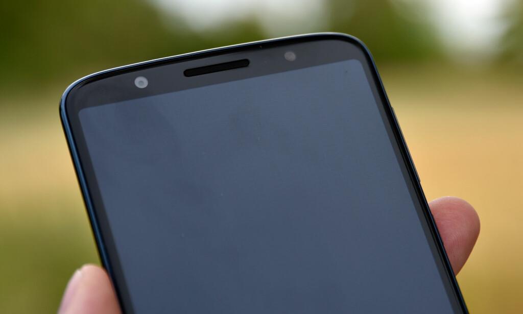GANSKE TYNNE RAMMER: Legg også merke til at høyttaleren på toppen er den eneste på telefonen – de fleste legger denne i bunnen. Foto: Pål Joakim Pollen