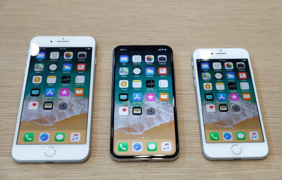 FÅR OMSTRIDT FUNKSJON: Nå har også fjorårets iPhone-modeller fått funksjonen som reduserer ytelsen på enheter med dårlige batterier. Foto: Stephen Lam/Reuters/NTB Scanpix