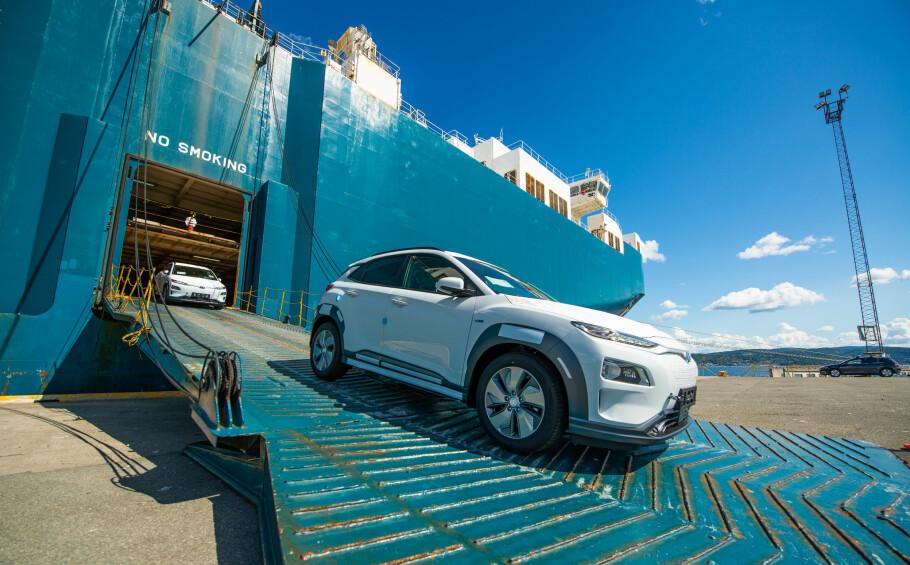 KONA KOMMER: Her kjører de aller første kundebilene av Kona i land på havna i Drammen. Foto: Hyundai