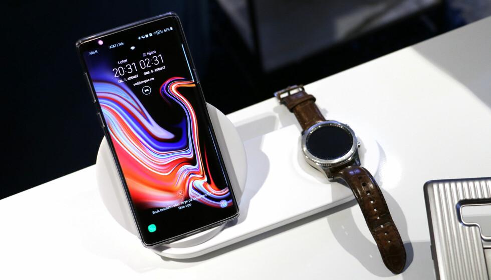 <strong>DOBBEL TRÅDLØS LADER:</strong> Samsung lanserer også en ny trådløs lader som lar deg lade både mobil og smartklokke samtidig (eller to mobiler om du vil). Foto: Kirsti Østvang
