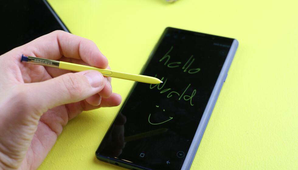<strong>IKEA-VERSJONEN:</strong> Den blå utgaven av Galaxy Note 9 kommer med gul penn. Og heretter vil den bare omtales som svenskeutgaven. Foto: Kirsti Østvang