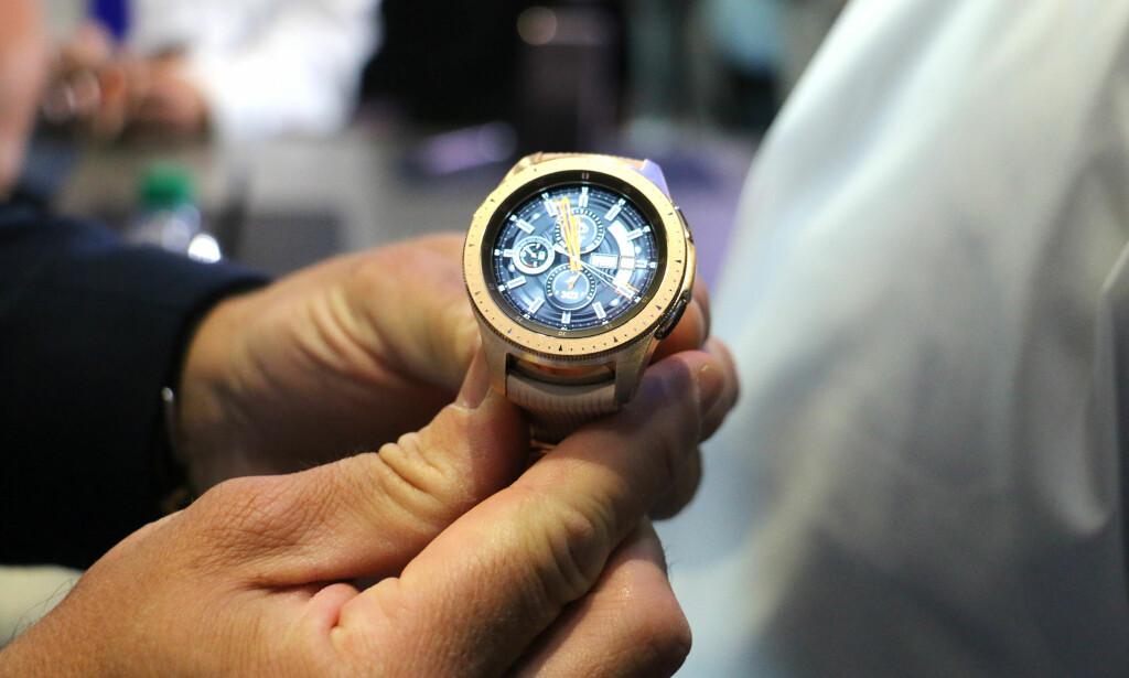 SER UT SOM EN VANLIG KLOKKE: Samsungs nye Galaxy Watch har samme design som tidligere smartklokker fra selskapet. Skjermen er rundt, og du kan rotere på urkransen for å styre den. Foto: Kirsti Østvang