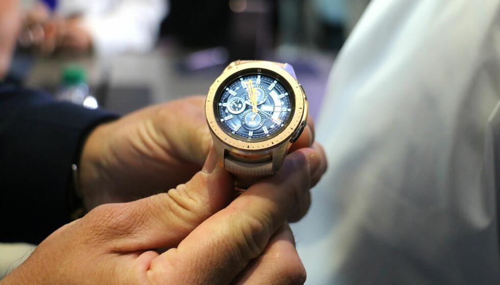 <strong>SER UT SOM EN VANLIG KLOKKE:</strong> Samsungs nye Galaxy Watch har samme design som tidligere smartklokker fra selskapet. Skjermen er rundt, og du kan rotere på urkransen for å styre den. Foto: Kirsti Østvang