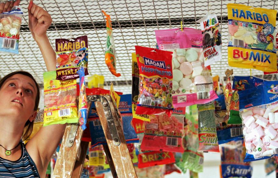 SE OPP FOR FALSKT SNOP: Forfalsket godteri fra blant annet Haribo og Maoam er funnet i svenske og danske butikker. Det kan også være i omløp i nettbutikker nordmenn kjøper fra, og Forbrukerrådet bekrefter at enkelte forbrukere har kjøpt uekte varer. Foto: Thomas Lohnes/AFP
