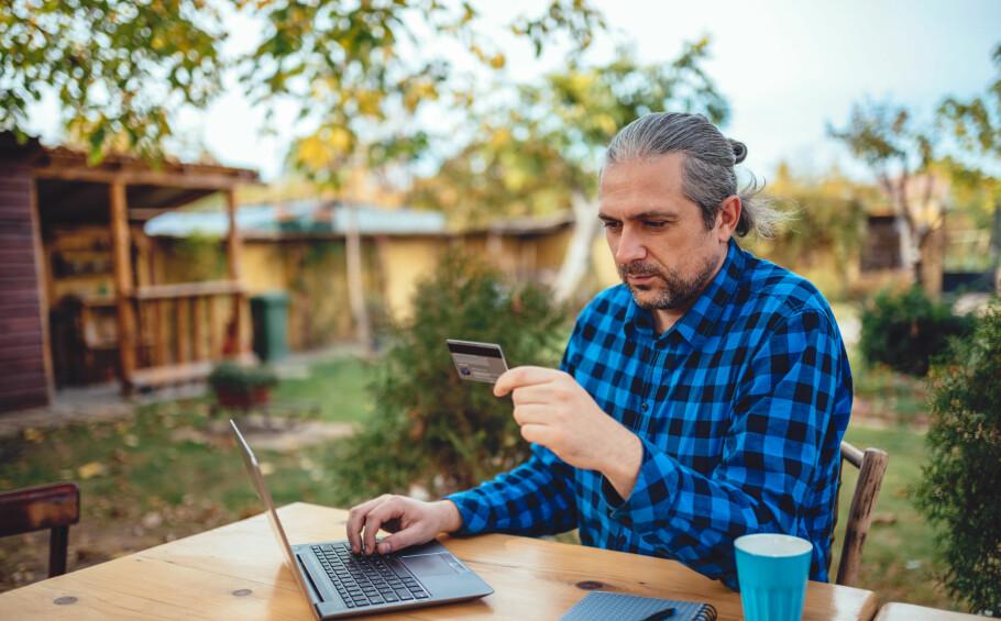 GJELDSTOPP: Blant høstmånedene finner vi toppunktet for netthandel, gjerne med kredittkort. Finansportalen advarer deg mot å pådra deg usikret gjeld, både om høsten og ellers i året. Foto: Shutterstock/NTB Scanpix.