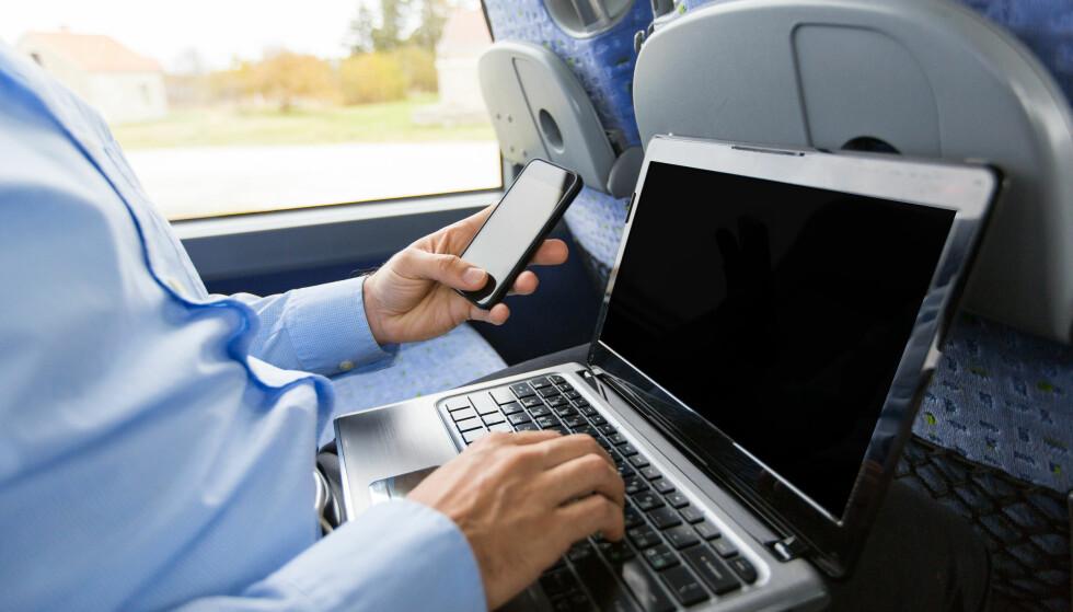 <strong>LETT Å DELE:</strong> Om det ikke skulle være WiFi i nærheten, kan du enkelt bruke telefonen slik at du får PC-en på nett. Foto: Shutterstock / NTB Scanpix