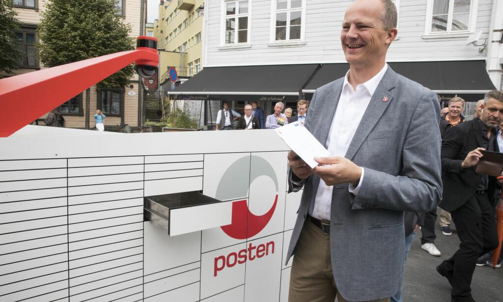 FØRSTE BREV: Samferdselsminister Ketil Solvik-Olsen (Frp) fikk motta det første brevet da roboten ble vist i Arendal. Foto: Terje Pedersen / NTB scanpix