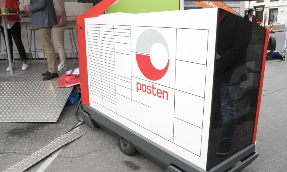 DEN NYE «POSTMANNEN»: Denne roboten skal levere brev og pakker hjem til folk, og skal først testes ut på Kongsberg. Foto: Terje Pedersen / NTB scanpix