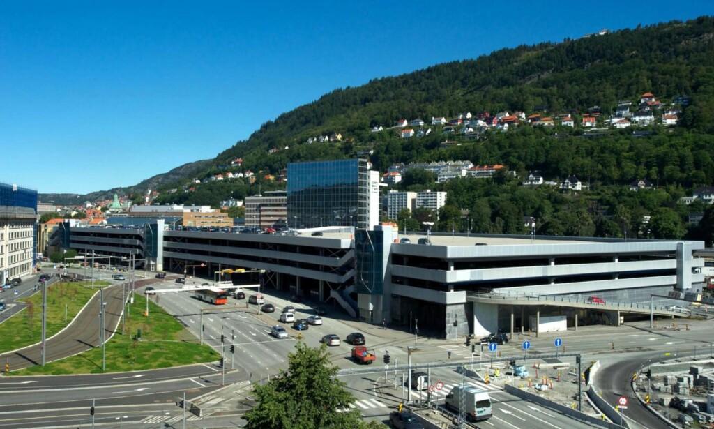 VERDENS STØRSTE I 2016: Tirsdag 1. november 2016 åpner Bygarasjen i Bergen for elbillading ved 54 parkeringsplasser. Nå er byen kåret til Norges elbilhovedstad. Foto: Bergen Parkering