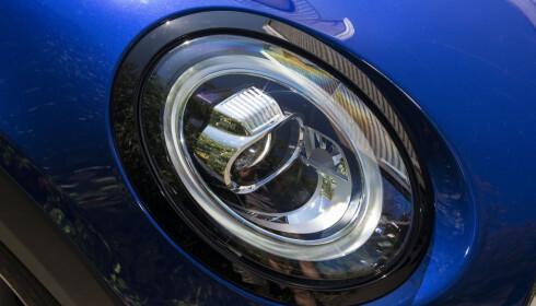ANTI-BLING: Det gir fronten et sportsligere preg og kler bilen godt. Foto: Jamieson Pothecary