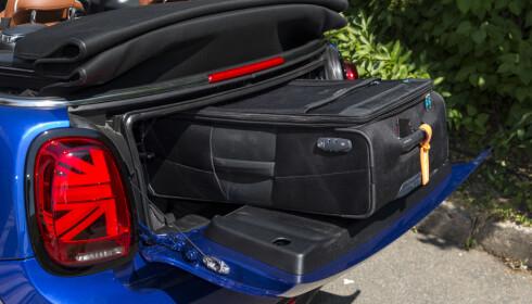 NØDLØSNING: Det skal ikke mye til før du savner mer bagasjeplass. Bakluka kan åpnes og tåler opptil 80 kilo med vekt. Stroppefester finner du i bagasjerommet. Merk Union Jack flagg designen på baklyktene. Foto: Jamieson Pothecary