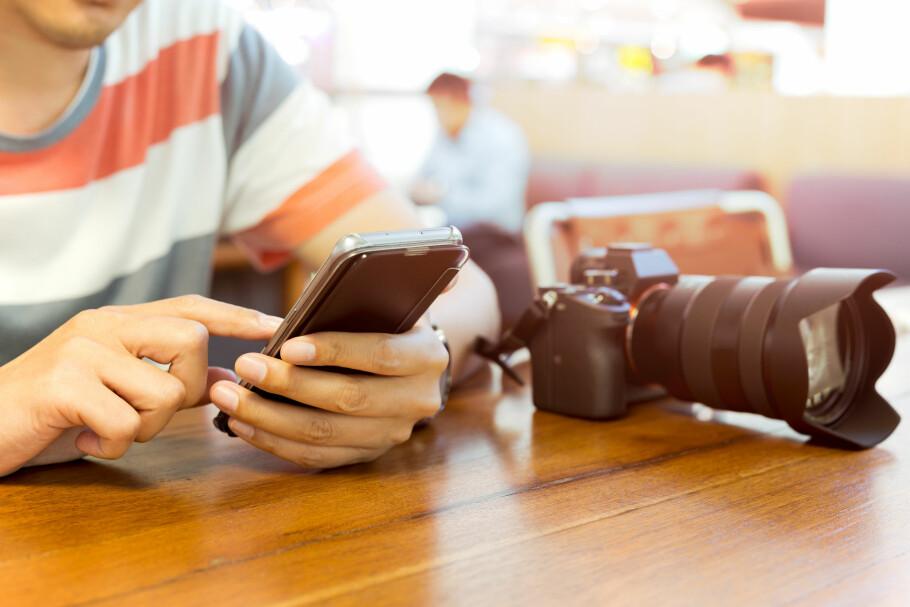 RISIKABELT: Nordmenn på tur i utlandet sliter med å holde seg unna mobilen. Men selv om vi kan roame fritt i EØS, kan det fortsatt bli rådyrt i mange land både i og utenfor Europa. Noen klarer å klage seg unna store deler av dem. Foto: Shutterstock / NTB Scanpix
