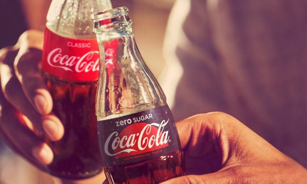BLIR BORTE: Coca-Cola zero sugar blir borte fra butikkhyllene. Erstatteren er mye mer lik sin sukkerholdige storebror, i hvert fall utseendemessig. Foto: Coca-Cola