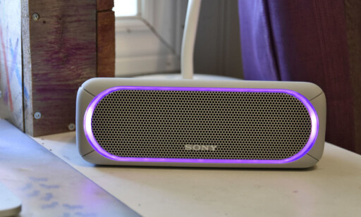 PARTY TIME: Sony SRS-XB30 har en LED-lysstripen rundt høyttaleren som blinker i alle mulige farger, litt halvveis i takt med musikken. Foto: Pål Joakim Pollen
