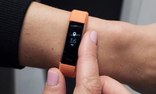 PENT AKTIVITETSARMBÅND: Fitbit Alta HR er ikke bare enkel å bruke, det ser ganske pent ut også. Du kan få armbåndene i ulike farger. Foto: Mark Lennihan / AP Photo / NTB Scanpix