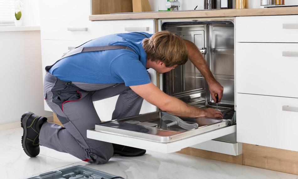 KAN BLI DYRT: Bakgrunnen for forslaget er skadepotensialet fra løse, vanntilkoblede maskiner som oppvaskmaskin, kjøleskap og kaffe/vannmaskiner som monteres uten for eksempel et vanntett gulvbelegg eller en trauløsning eller oppsamlingsbakke under. Foto: Shutterstock/NTB scanpix