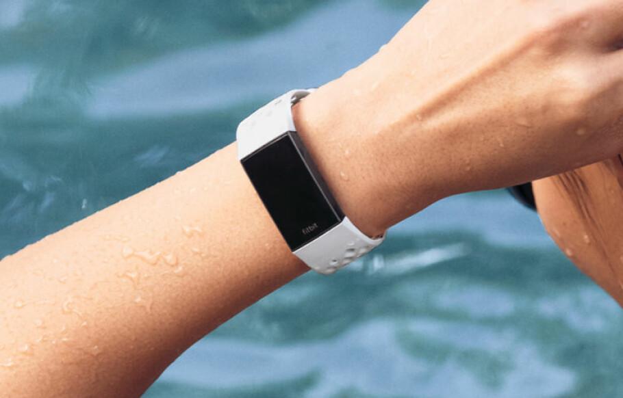 VANNTETT: Endelig kommer det et armånd i Fitbit Charge-familien som er vanntett. Foto: Fitbit