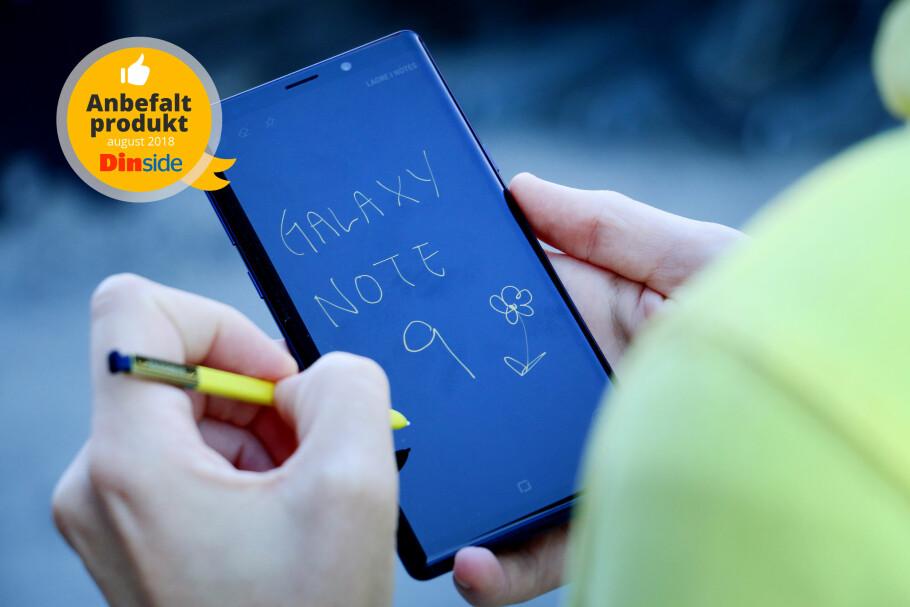 SATSER PÅ PENN: Samsung er alene om å ha en toppmodell som kommer med en penn til skriving og tegning. Foto: Ole Petter Baugerød Stokke